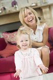 Moeder in woonkamer met baby Royalty-vrije Stock Afbeeldingen