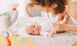 Moeder zacht zorg van baby Royalty-vrije Stock Foto's
