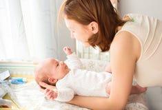 Moeder zacht zorg van baby Stock Afbeeldingen