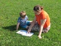 Moeder, zoon, boek. Stock Foto