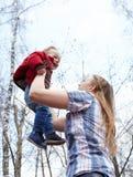 Moeder, zoon, en hemel Stock Afbeeldingen