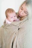 Moedercomfort, om haar zuigelingsdochter niet zo zo te schreeuwen royalty-vrije stock afbeelding