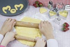 Moederdag, kind het koken Stock Afbeeldingen