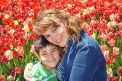 Moederdag, Mamma en Zoon in Tulip Garden royalty-vrije stock fotografie