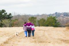 Moederdochters die Aardparken lopen Stock Foto's