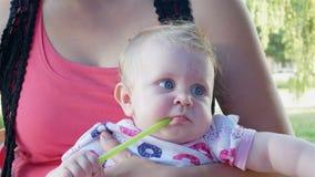 Moedergreep op handen leuke baby stock footage