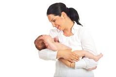 Moederholding die pasgeboren baby schreeuwen Stock Afbeeldingen
