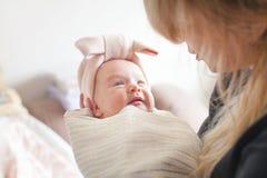 Moederholding van haar pasgeboren in handen De baby op handen bij mum Het houden van moeder van hand die het leuke kind van de sl Royalty-vrije Stock Foto