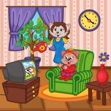 Moederkat het water geven de kat die van de bloemenbaby op TV letten Royalty-vrije Stock Foto