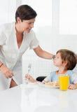 Moederliefkozingen aan haar zoon Royalty-vrije Stock Afbeeldingen