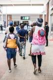 Moeders die babys op hun ruggen in Soweto vervoeren royalty-vrije stock afbeelding