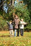 Moeders en kinderen in de herfstpark. royalty-vrije stock foto