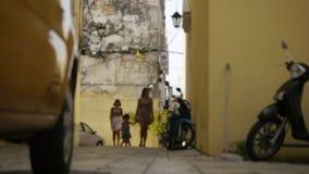Moeders met kinderengang in de straat van de oude Griekse stad stock videobeelden