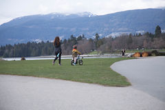 Moederschap jong wijfje die klein jongenspark lopen Stock Afbeeldingen