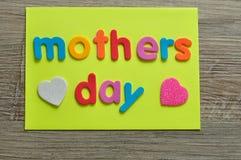 Moedersdag op een gele nota met een wit en roze hart Stock Afbeeldingen