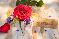 Moedersdag of van de Valentijnskaartendag de giftkaart met Duits woord, Auszeit, betekent onderbreking stock afbeeldingen