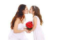 Moedersdag, verjaardag en gelukkige familie - de dochter geeft bloemenmoeder Royalty-vrije Stock Fotografie