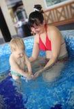 Moederspel met haar mooi kind in Jacuzzi Royalty-vrije Stock Afbeeldingen