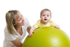 Moederspelen met baby op geschikte bal Stock Foto