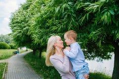 Moederspelen met haar zoon terwijl het lopen in het Park stock foto's