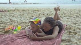 Moederspelen met weinig dochter die smartphone gebruiken stock videobeelden