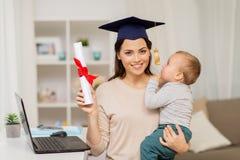 Moederstudent met babyjongen en diploma thuis royalty-vrije stock fotografie