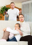 Moedertroost aan schreeuwende dochter Stock Foto's