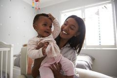 Moederzitting in Kinderdagverblijf met Babydochter royalty-vrije stock afbeeldingen