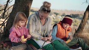 Moederzitting met haar jonge kinderen stock video