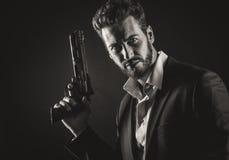 Moedige mens met gevaarlijk wapen stock afbeelding