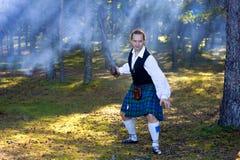Moedige mens in Schots kostuum met zwaard Stock Foto's
