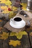 Moedor da chávena de café e de café imagens de stock