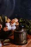 Moedor de café antigo do vintage e flores amarelas, fundo escuro Imagens de Stock