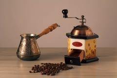 Moedor de café, cezve e feijões de café Fotografia de Stock Royalty Free