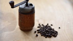 Moedor de café com feijões do coffe fotos de stock