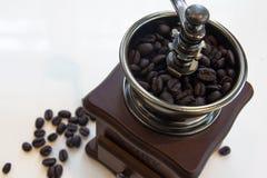 Moedor de café do vintage com feijões de café imagem de stock royalty free