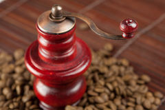Moedor de café e feijões de café em uma esteira de bambu Fotos de Stock