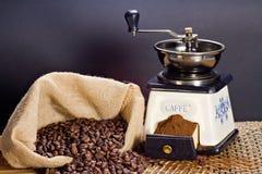 Moedor de café e feijões de café roasted fotografia de stock