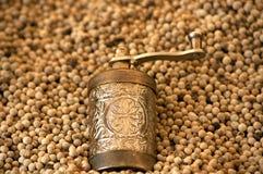 Moedor de café e grão-de-bico roasted Fotografia de Stock