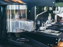 Moedor de café elétrico com máquina do café imagem de stock
