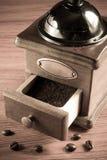 Moedor de café & feijões de café Fotos de Stock