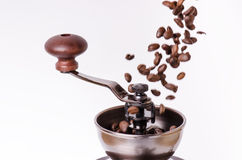 Moedor de café manual com feijões de café Isolado Fundo branco Estilo moderno Feijões de café Roasted Feijões de café da levitaçã imagem de stock royalty free