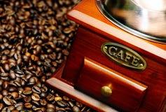 Moedor de café manual do vintage velho com feijões de café fotografia de stock royalty free