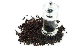 Moedor de pimenta de vidro do grão de pimenta preto fotografia de stock
