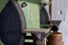 Moedor do banco para locksmith' trabalho de s em uma tabela de madeira locksmith fotos de stock
