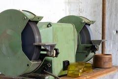 Moedor do banco para locksmith' trabalho de s em uma tabela de madeira locksmith foto de stock
