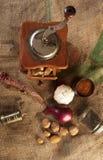 Moedor do vintage com especiarias foto de stock