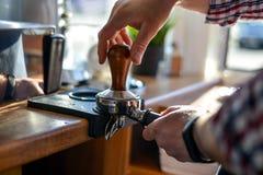 Moedor e grões de café de Barista Imagem de Stock Royalty Free