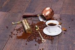 Moedor, potenciômetro e grões de café imagens de stock royalty free