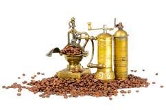 Moedores de café com os feijões no branco Imagem de Stock